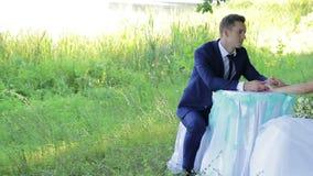 Όμορφοι νέοι νύφη και νεόνυμφος ζευγών σε έναν πίνακα φιλμ μικρού μήκους