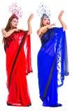 Όμορφοι νέοι χορευτές που φορούν τα ασιατικά κοστούμια στοκ φωτογραφία με δικαίωμα ελεύθερης χρήσης