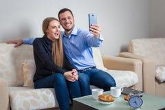 Όμορφοι νεαρός άνδρας και γυναίκα που κάνουν selfie με την τηλεφωνική κάμερα στοκ φωτογραφία με δικαίωμα ελεύθερης χρήσης
