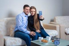 Όμορφοι νεαρός άνδρας και γυναίκα που κάνουν selfie με την τηλεφωνική κάμερα στοκ εικόνες
