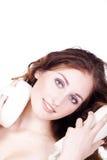 Όμορφοι νεόνυμφοι γυναικών με ένα σφουγγάρι στοκ εικόνες με δικαίωμα ελεύθερης χρήσης