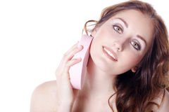 Όμορφοι νεόνυμφοι γυναικών με ένα σφουγγάρι στοκ εικόνες