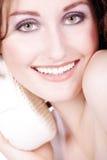 Όμορφοι νεόνυμφοι γυναικών με ένα σφουγγάρι στοκ εικόνα με δικαίωμα ελεύθερης χρήσης