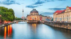 Όμορφοι νυχτερινοί φωτισμοί του νησιού μουσείων στο Βερολίνο, στοκ εικόνα