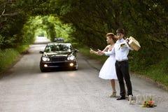 Όμορφοι νύφη και νεόνυμφος, η οδική αυτόματος-στάση Στοκ Εικόνα