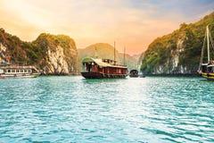 Όμορφοι ουρανός και κρουαζιερόπλοιο στον κόλπο Halong, Βιετνάμ στοκ φωτογραφίες