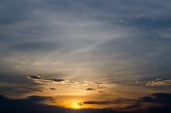 Όμορφοι ουρανός και σύννεφο ηλιοβασιλέματος 1 ανασκόπηση καλύπτει το νεφελώδη ουρανό Στοκ Φωτογραφίες