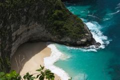 Όμορφοι παραλία και βράχοι Klingking στο νησί Nusa Penida κοντά στο νησί του Μπαλί στην Ινδονησία στοκ φωτογραφία με δικαίωμα ελεύθερης χρήσης