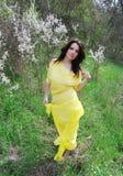 όμορφοι περίπατοι κοριτσ Στοκ εικόνες με δικαίωμα ελεύθερης χρήσης