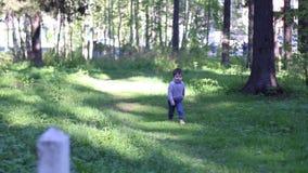 Όμορφοι περίπατοι μικρών παιδιών στο θερινό πάρκο φιλμ μικρού μήκους