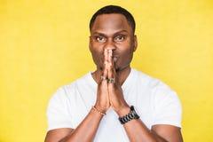 Όμορφοι πιέζοντας φοίνικες ατόμων αφροαμερικάνων μαζί στην επίκληση της χειρονομίας Επίκληση για το wellness στοκ εικόνα με δικαίωμα ελεύθερης χρήσης