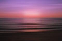 Όμορφοι πορφυροί καίγοντας ουρανοί ηλιοβασιλέματος πέρα από τη θάλασσα Στοκ εικόνες με δικαίωμα ελεύθερης χρήσης