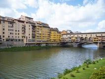 Όμορφοι ποταμός Arno και γέφυρα Ponte Vecchio στη Φλωρεντία Στοκ Φωτογραφίες