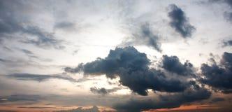 Όμορφοι δραματικοί ουρανός και σύννεφα λυκόφατος Στοκ Εικόνες