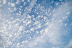Όμορφοι σχηματισμοί σύννεφων στον ουρανό στοκ εικόνα