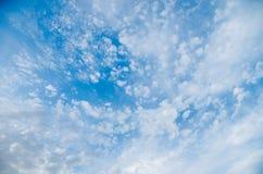 Όμορφοι σχηματισμοί σύννεφων στον ουρανό στοκ εικόνα με δικαίωμα ελεύθερης χρήσης