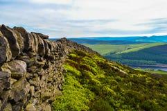 Όμορφοι τοίχοι ξηρών πετρών της μέγιστης περιοχής κατά μήκος της άκρης Derwent, μέγιστο εθνικό πάρκο περιοχής στοκ εικόνα με δικαίωμα ελεύθερης χρήσης