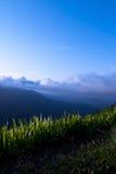 Όμορφοι τοπίο βουνών και μπλε ουρανός σύννεφων Στοκ εικόνες με δικαίωμα ελεύθερης χρήσης