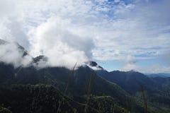 Όμορφοι τοπίο βουνών και μπλε ουρανός σύννεφων Στοκ εικόνα με δικαίωμα ελεύθερης χρήσης