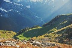 Όμορφοι τοπίο και μπλε ουρανός βουνών Στοκ φωτογραφία με δικαίωμα ελεύθερης χρήσης