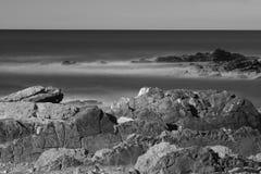 Όμορφοι φυσικοί απότομοι βράχοι της ατλαντικής ακτής σε γραπτό, στη μακροχρόνια έκθεση, hendaye, βασκική χώρα, Γαλλία Στοκ φωτογραφίες με δικαίωμα ελεύθερης χρήσης