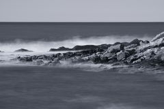 Όμορφοι φυσικοί απότομοι βράχοι της ατλαντικής ακτής σε γραπτό, στη μακροχρόνια έκθεση, hendaye, βασκική χώρα, Γαλλία Στοκ Φωτογραφία