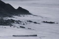 Όμορφοι φυσικοί απότομοι βράχοι της ατλαντικής ακτής σε γραπτό, στη μακροχρόνια έκθεση, hendaye, βασκική χώρα, Γαλλία Στοκ εικόνες με δικαίωμα ελεύθερης χρήσης