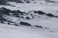 Όμορφοι φυσικοί απότομοι βράχοι της ατλαντικής ακτής σε γραπτό, στη μακροχρόνια έκθεση, hendaye, βασκική χώρα, Γαλλία Στοκ Εικόνες
