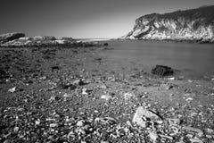 Όμορφοι φυσικοί απότομοι βράχοι της ατλαντικής ακτής σε γραπτό, στη μακροχρόνια έκθεση, hendaye, βασκική χώρα, Γαλλία Στοκ εικόνα με δικαίωμα ελεύθερης χρήσης