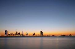 Όμορφοι φωτισμένοι κτήρια και ορίζοντας του Μπαχρέιν Στοκ φωτογραφία με δικαίωμα ελεύθερης χρήσης