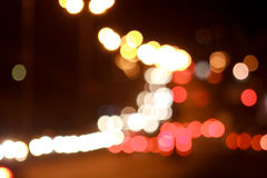 Όμορφοι φωτισμένοι οδοί και δρόμος με την επίδραση θαμπάδων στοκ εικόνες