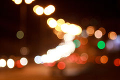 Όμορφοι φωτισμένοι οδοί και δρόμος με την επίδραση bokeh στοκ εικόνες