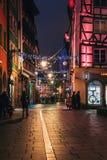 Όμορφοι φωτισμοί και διακόσμηση φω'των Χριστουγέννων σε μια οδό στο Στρασβούργο κατά τη διάρκεια της παλαιότερης αγοράς Χριστουγέ στοκ φωτογραφίες