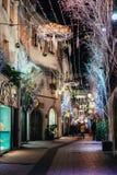 Όμορφοι φωτισμοί και διακόσμηση φω'των Χριστουγέννων σε μια οδό στο Στρασβούργο κατά τη διάρκεια της παλαιότερης αγοράς Χριστουγέ στοκ φωτογραφίες με δικαίωμα ελεύθερης χρήσης