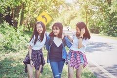 Όμορφοι χαλάρωση και περίπατοι γυναικών τρία ο λαιμός και τα γέλιά της στο ταξίδι στοκ φωτογραφίες