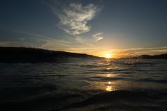 Όμορφοι seascape θάλασσα ηλιοβασιλέματος βραδιού και ορίζοντας ουρανού Στοκ Φωτογραφίες