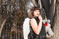 Όμορφος άγγελος με τα άσπρα ελαφριά φτερά Στοκ φωτογραφία με δικαίωμα ελεύθερης χρήσης