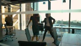 Όμορφος άνδρας και προκλητική γυναίκα στο επιχειρησιακό γραφείο που χορεύει μετά από να κερδίσει απόθεμα βίντεο