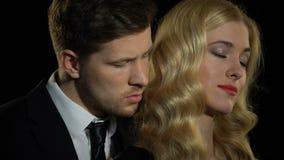 Όμορφος άνδρας που εισπνέει τη μυρωδιά της αγαπημένης γυναίκας, που απολαμβάνει την οικεία στιγμή, φλερτ απόθεμα βίντεο