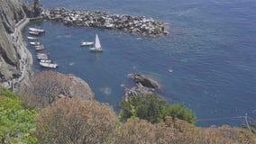 Όμορφος άνετος κόλπος με τις βάρκες και σαφές τυρκουάζ νερό σε πέντε εδάφη σε Cinque Terre στην Ιταλία, Ευρώπη απόθεμα βίντεο