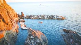 Όμορφος άνετος κόλπος με τις βάρκες και σαφές τυρκουάζ νερό στο παλαιό χωριό σε Cinque Terre, Ιταλία, Ευρώπη φιλμ μικρού μήκους