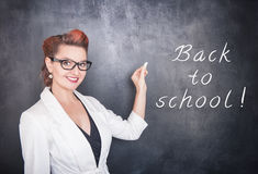 Όμορφος δάσκαλος με το κομμάτι της κιμωλίας στο υπόβαθρο πινάκων Στοκ εικόνα με δικαίωμα ελεύθερης χρήσης