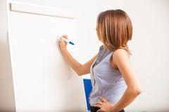 Όμορφος δάσκαλος που γράφει στον πίνακα Στοκ Φωτογραφίες