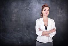 Όμορφος δάσκαλος στο υπόβαθρο πινάκων πινάκων κιμωλίας Στοκ εικόνες με δικαίωμα ελεύθερης χρήσης