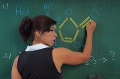 Όμορφος δάσκαλος χημείας Στοκ φωτογραφία με δικαίωμα ελεύθερης χρήσης