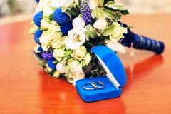 Όμορφος άσπρος αυξήθηκε δαχτυλίδια λουλουδιών και γάμου στο μπλε κιβώτιο Στοκ φωτογραφίες με δικαίωμα ελεύθερης χρήσης