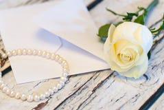 Όμορφος άσπρος αυξήθηκε σειρά της ημέρας βαλεντίνων ` s αγάπης φακέλων μπουκαλιών και επιστολών αρώματος μαργαριταριών Στοκ Φωτογραφία