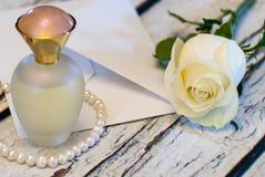 Όμορφος άσπρος αυξήθηκε σειρά της ημέρας βαλεντίνων ` s αγάπης φακέλων μπουκαλιών και επιστολών αρώματος μαργαριταριών Στοκ Εικόνα