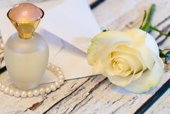 Όμορφος άσπρος αυξήθηκε σειρά της ημέρας βαλεντίνων ` s αγάπης φακέλων μπουκαλιών και επιστολών αρώματος μαργαριταριών Στοκ Εικόνες