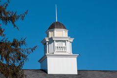 Όμορφος άσπρος και κίτρινος θόλος με την καφετιά στέγη κασσίτερου ενάντια σε έναν βαθύ μπλε ουρανό Στοκ Εικόνα